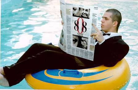 Pete reading the folha